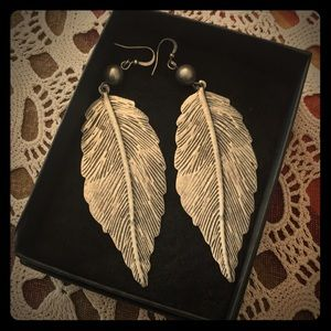 Adorable fashion earrings feather / leaf pattern